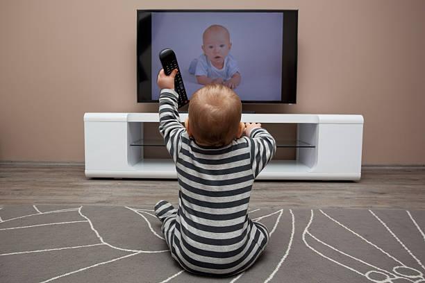 مضرات تلویزیون برای کودکان زیر 4 سال
